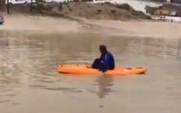 Με τα κανό βγήκαν στους πλημμυρισμένους δρόμους της Μυκόνου