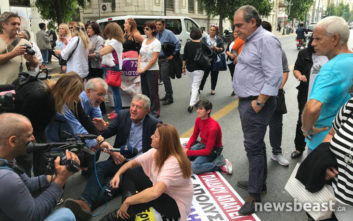 Καθιστική διαμαρτυρία στη Σταδίου από συμβασιούχους στο «Μητέρα»