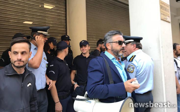 Κάλπη έστησαν έξω από το υπουργείο Υγείας οι εργαζόμενοι στα νοσοκομεία