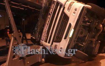 Νταλίκα έπεσε πάνω σε αυτοκινητοφόρο στη Σούδα