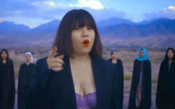 Τραγουδίστρια δέχεται απειλές για τη ζωή της επειδή τραγούδησε με το σουτιέν της