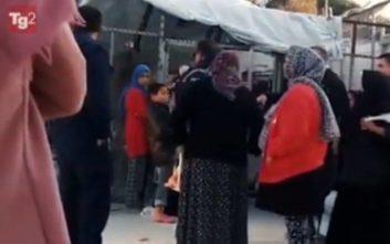 Σκηνές ντροπής στη Μόρια με αστυνομικό να βρίζει αισχρά ηλικιωμένη