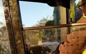 Οδηγός λεωφορείου διαβάζει αμέριμνος την… εφημερίδα του την ώρα που οδηγεί