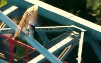 Εναέριο βίντεο καταγράφει τη συγκλονιστική διάσωση άντρα από γέφυρα 100 μέτρων