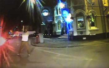 Τον χτύπησε με το λεωφορείο και τον άφησε με βαριά τραύματα στην άσφαλτο