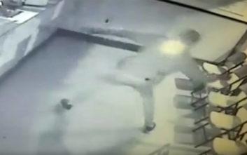 Κακοποιός βγαίνει… off με το ίδιο του το «όπλο»