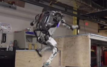 Το ανθρωποειδές ρομπότ που τρέχει και υπερπηδάει σκαλιά