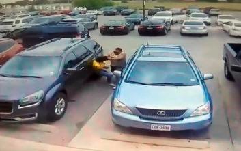 Άνδρας γρονθοκοπεί μικρόσωμη γυναίκα σε πάρκινγκ του Τέξας