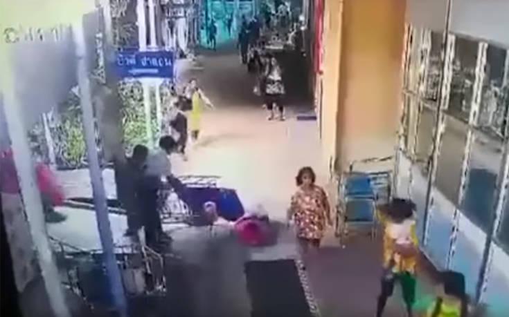 Γκαφατζήδες τραυματιοφορείς ρίχνουν την ασθενή κάτω από το φορείο!