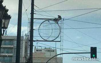 Άνδρας απειλεί να πέσει στο κενό στην Ομόνοια