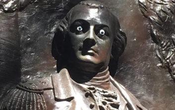 Έβαλαν μάτια σε άγαλμα, τους κυνηγά μανιωδώς η αστυνομία