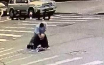Η κάμερα ασφαλείας κατέγραψε την άγρια επίθεση στη μέση του δρόμου