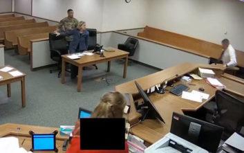 Ο δικαστής άφησε την έδρα και άρχισε να κυνηγά τους κακοποιούς