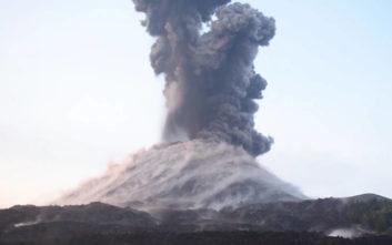 Το ηφαίστειο βρυχάται και… ρίχνει κοτρόνες στη θάλασσα