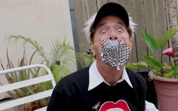 Το μυστικό του άντρα που καπνίζει ταυτοχρόνως 150 τσιγάρα