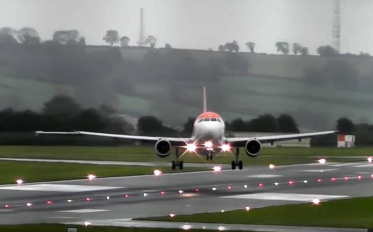 Αεροπλάνα προσπαθούν μάταια να προσγειωθούν σε αεροδρόμιο