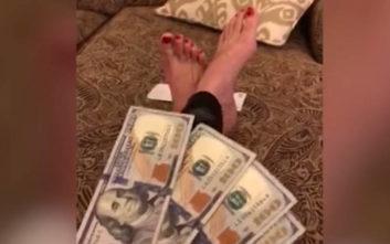 Βγάζει 30 χιλιάρικα τον χρόνο ανεβάζοντας βίντεο με τα… πόδια της 98495edd56f