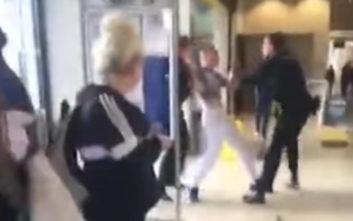 Οι αστυνομικοί πάλευαν να τον συλλάβουν, τον έπιασε τελικά ο… οδηγός λεωφορείου