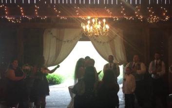 Φωτογράφος σπρώχνει τη μαμά εκτός κάδρου για να μη χαλάσει τη γαμήλια φωτογραφία