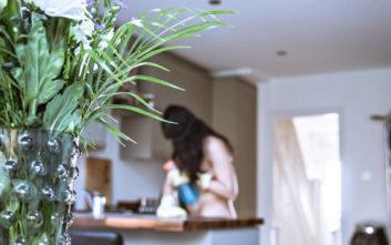 Γυμνή καθαρίστρια αποκαλύπτει τη φύση της ιδιαίτερης δουλειάς της