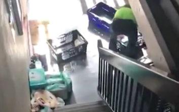 Τι κι αν ήταν έγκυος, ο υπάλληλος του σουπερμάρκετ αρνήθηκε να τη βοηθήσει