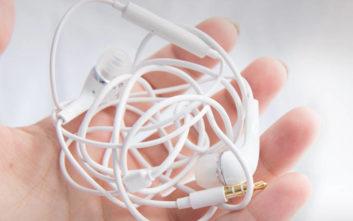 Η επιστήμη εξηγεί γιατί δένονται μονίμως κόμπο τα ακουστικά μας!