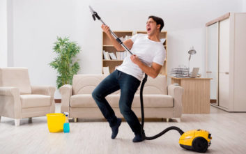 Έρευνα αποκαλύπτει τη σχέση του άντρα με τις… δουλειές του σπιτιού