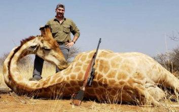 Ποζάρει με τα ζώα που σκοτώνει, ενώ υποτίθεται πως είναι προστάτης τους