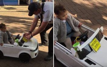 Δημοτικός αστυνομικός έβαλε κλήση στο… παιδικό αυτοκινητάκι