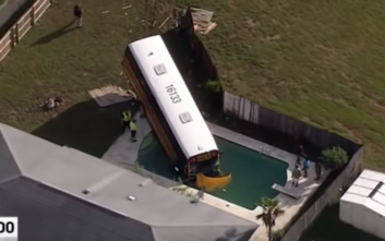 Πώς ένα σχολικό λεωφορείο κατέληξε μέσα σε πισίνα