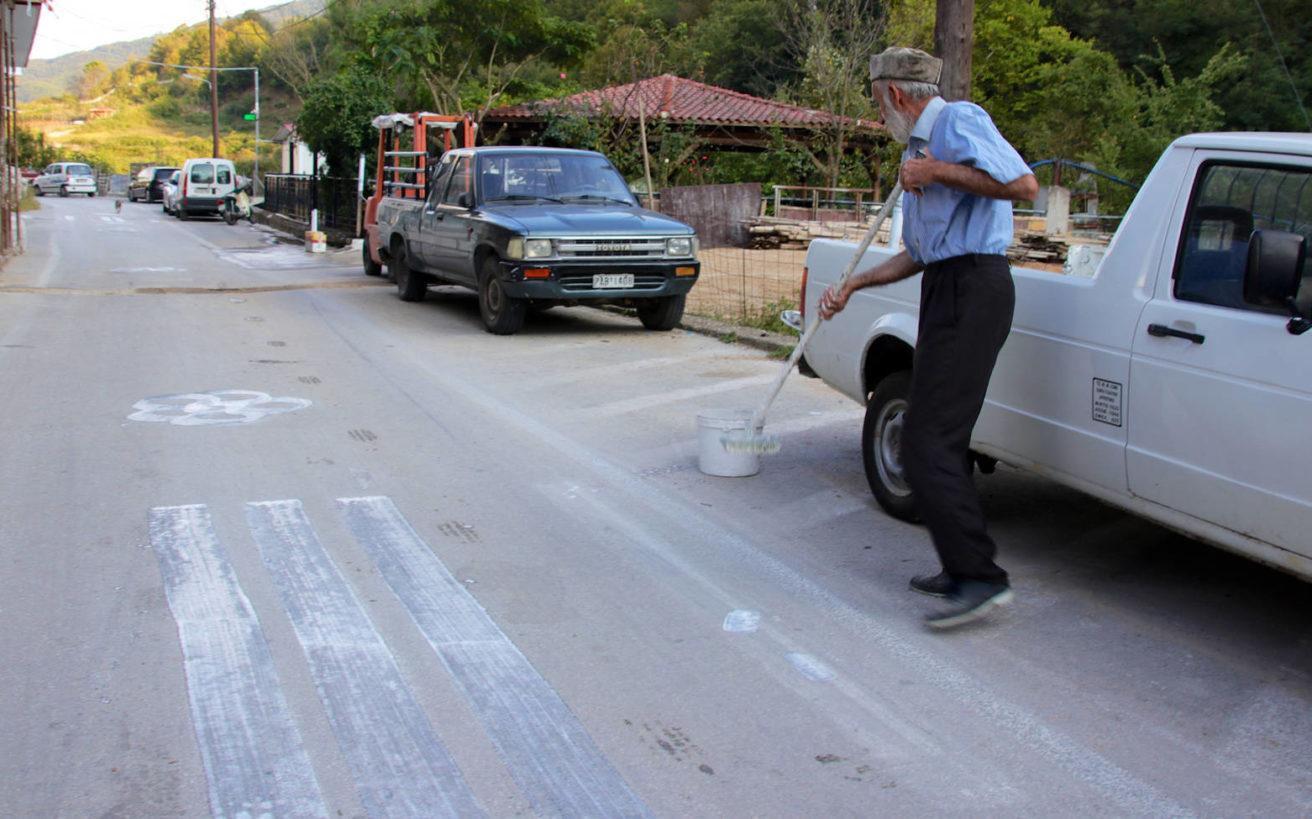 Ο «καλλιτέχνης» δρόμου του Εχίνου που κάνει τη δουλειά κρατικών φορέων