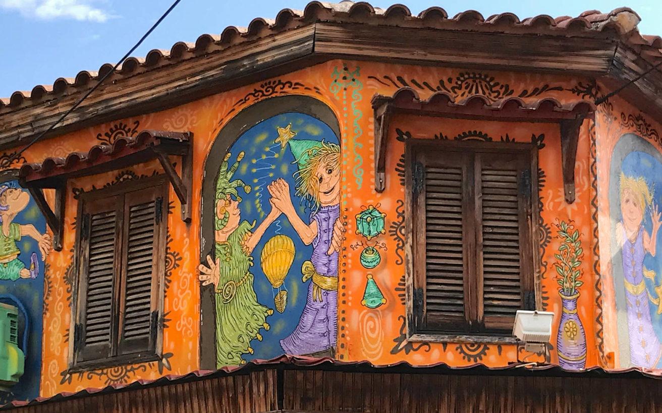 Ο καλλιτέχνης που αφήνει το πολύχρωμο στίγμα του στους τοίχους της Κομοτηνής