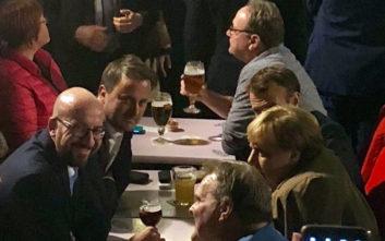 Μέρκελ και Μακρόν βγήκαν μετά τη Σύνοδο Κορυφής για μπίρες