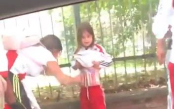 Συνελήφθη η οπαδός που έδεσε καπνογόνα στο σώμα μικρού παιδιού
