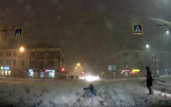 Στη Ρωσία οι πεζοί περνούν και έτσι το χιονισμένο δρόμο