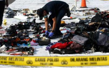 Έτσι τραγικά αναγνωρίζουν οι οικογένειες τα αντικείμενα των δικών τους στην πτήση της Lion Air