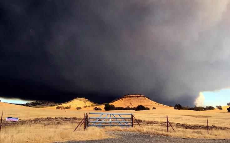 Εφιαλτική η κατάσταση στη φλεγόμενη Καλιφόρνια, εκκενώνεται το Μαλιμπού
