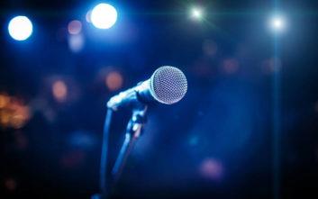 Γνωστός τραγουδιστής φόρεσε φούστα και ζητάει να του πουν εντυπώσεις