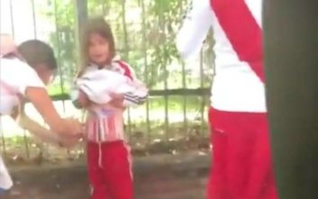 Οπαδός της Ρίβερ δένει καπνογόνα στο κορμί μικρού παιδιού για να τα περάσει στο γήπεδο