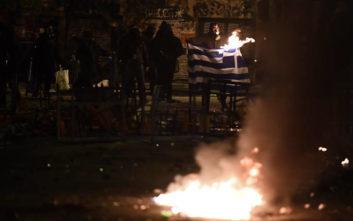 Έκαψαν ελληνική σημαία στα Εξάρχεια