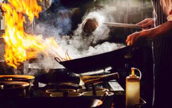 Σπουδαστής μαγειρικής καταγγέλλει υπεύθυνο καταστήματος για βασανιστήρια με καυτό λάδι