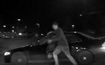 Ένας αδέξιος κλέφτης παρασύρθηκε από το αυτοκίνητο που έκλεψε