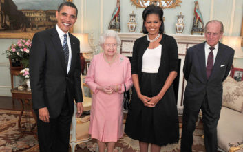 Αυτός είναι ο πραγματικός λόγος που η Μισέλ Ομπάμα είχε αγκαλιάσει τη βασίλισσα Ελισάβετ