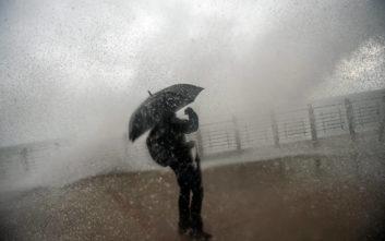 Πελώρια κύματα έφτασαν μέχρι τον τρίτο όροφο ξενοδοχείου στην Τενερίφη