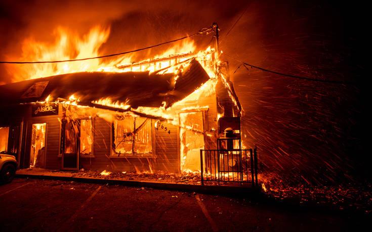 Καταστροφική φωτιά στην Καλιφόρνια έκανε στάχτη ολόκληρη πόλη