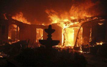 Συγκινεί ο πατέρας που τραγουδά στην 3χρονη κόρη του περνώντας μέσα από τις φλόγες