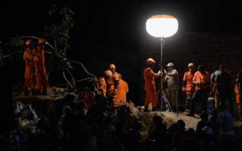 Πτώματα μέσα από τη λάσπη και τα βράχια ανασύρουν οι διασώστες στη Βραζιλία