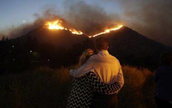 Οι θυελλώδεις άνεμοι τροφοδοτούν τις φλόγες στην Καλιφόρνια