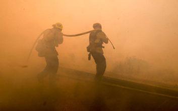 Αδιάκοπη μάχη με τις φλόγες στην Καλιφόρνια και θρήνος για τους 50 νεκρούς