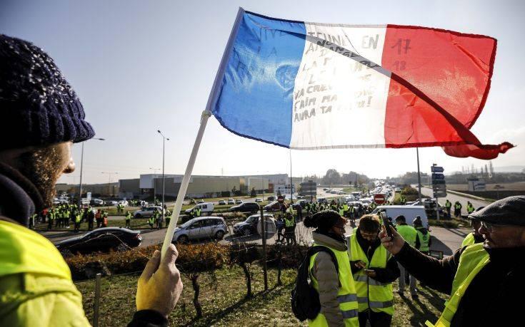 Το κίνημα των κίτρινων γιλέκων αναστατώνει τη Γαλλία